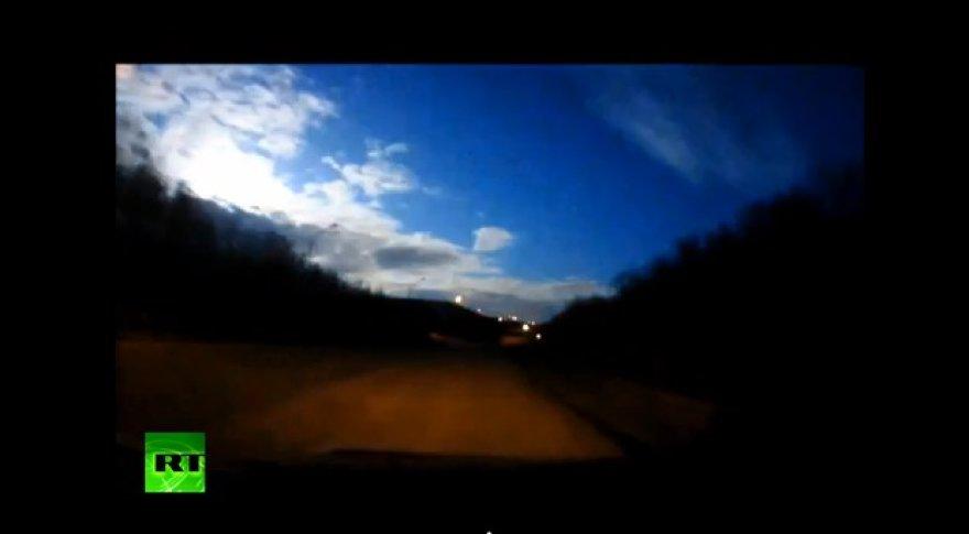 Rusijos Murmansko miesto gyventojai virš miesto užfiksavo meteorito sprogimą.