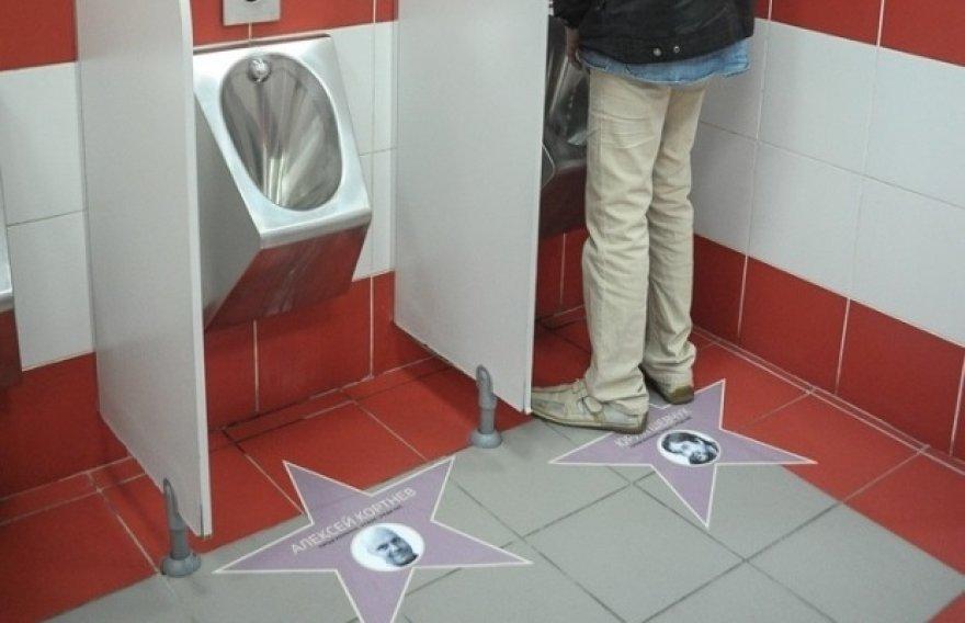 """Maskvoje Kijevo stoties tualeto grindis """"papuošė"""" Rusijos menininkų ir kultūros veikėjų, pasmerkusių Vladimirą Putiną, nuotraukos."""