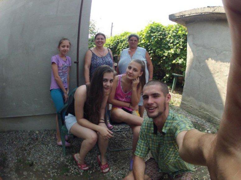 Juozapas Žygas ir juo susidomėjusius Rumunijos fermerio dukros bei žmona