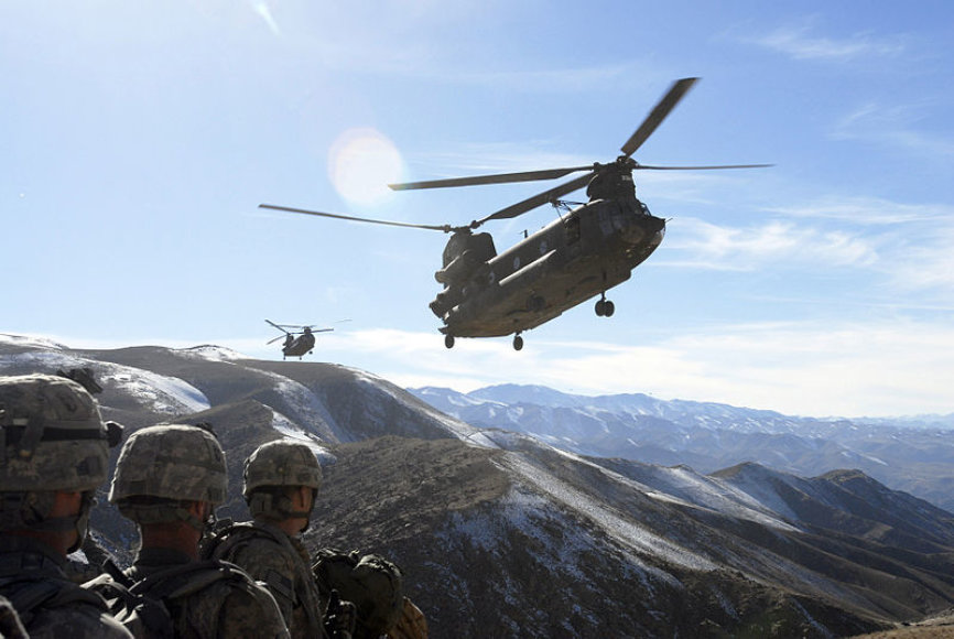 """Kariai Afganistano kalnuose laukia, kol galės lipti į sraigtasparnius """"CH-47 Chinook"""""""