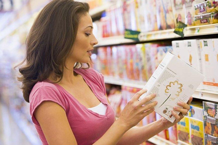 Moteris skaito produkto sudėtį