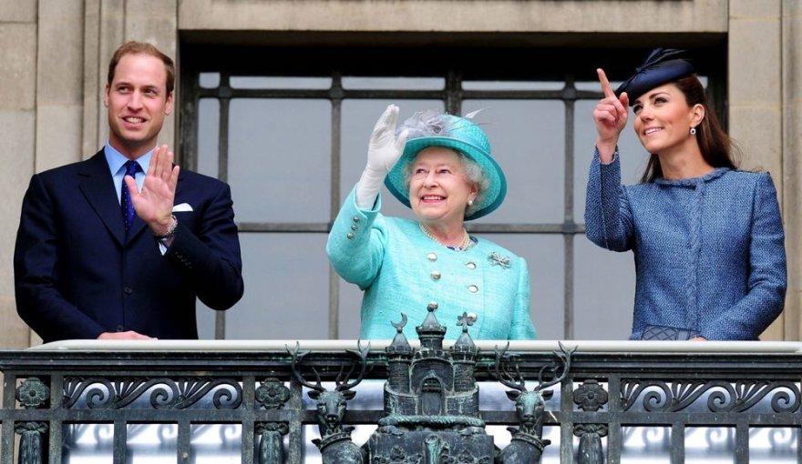 Princas Williamas, karalienė Elizabeth II ir Kembridžo hercogienė Catherine (2012-ųjų birželį)