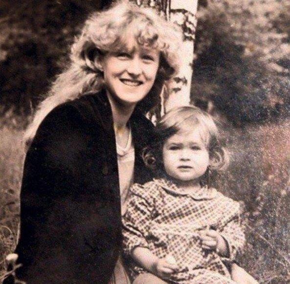 O.Pikul-Jasaitienė su mama vaikystėje