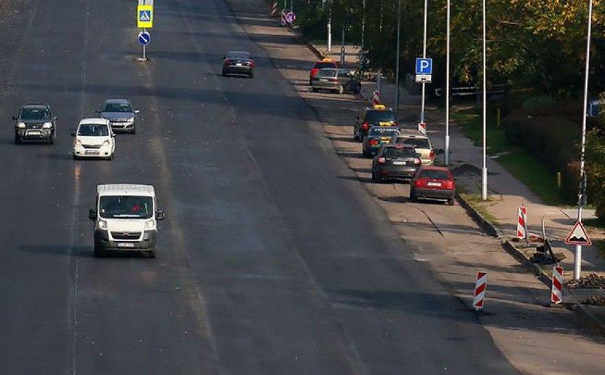 Naktimis dirbantys kelininkai kauniečių prašo Jonavos gatvėje nepalikti automobilių