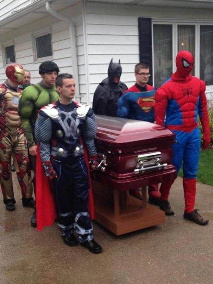 Nuo auglio smegenyse mirusį penkiametį anapilin išlydėjo superherojai