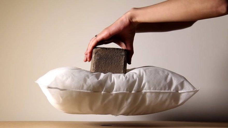 Magnetinė magija: plyta ant sklandančios pagalvės