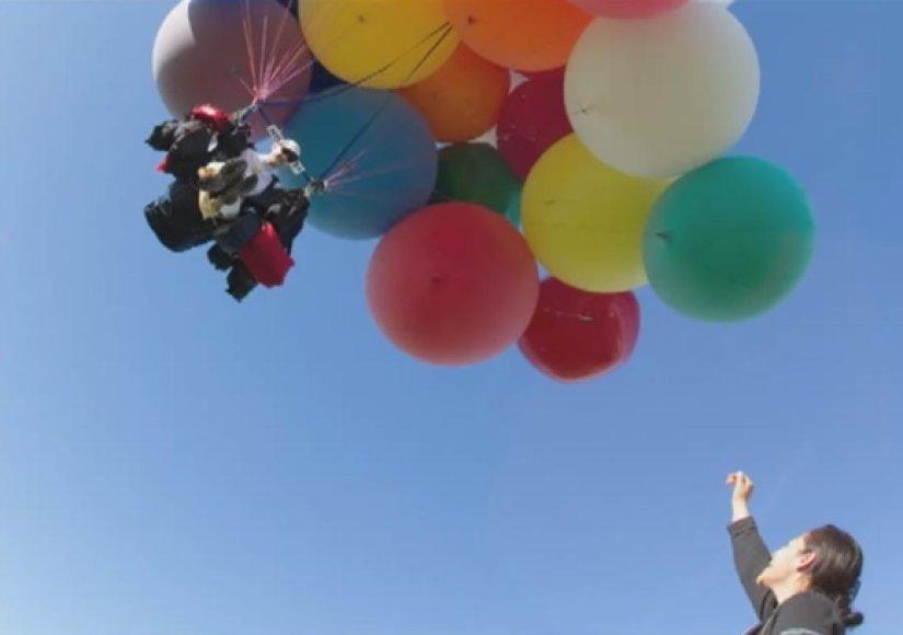 Helio dujų balionų skraidymo sistemą susikonstravęs amerikietis Johnathanas Trappe perskrido Alpių kalnus.