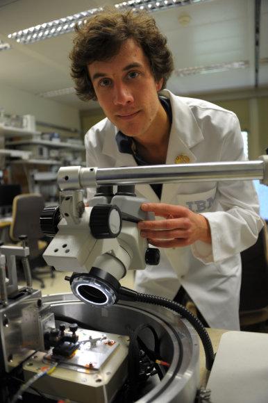 IBM mokslininkas Colinas Rawlingsas derina nanoįrankį