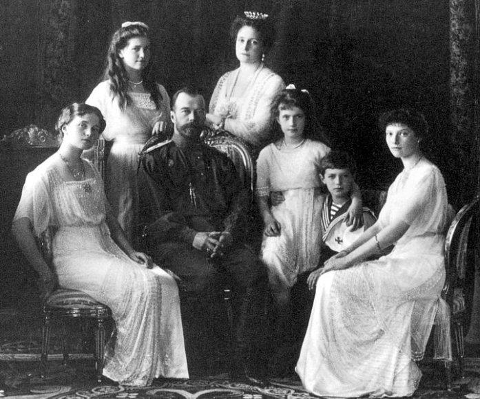 Romanovų dinastijos Rusijos caro Nikolajaus II šeima: žmona Aleksandra, keturios dukterys: Olga, Tatjana, Marija ir Anastazija, ir sūnus Aleksejus