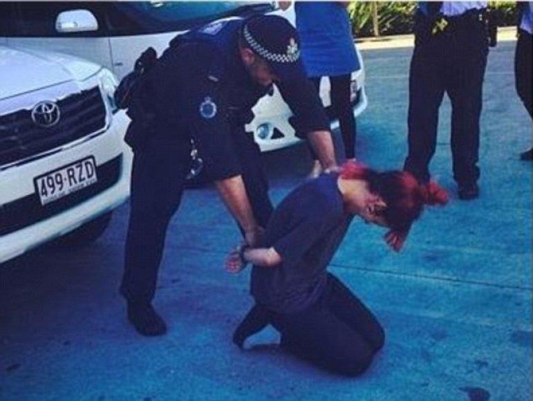 Surežisuota nuotrauka, kurioje Lily Allen surakintomis rankomis, užtraukė nemalonumų Australijos policininkui