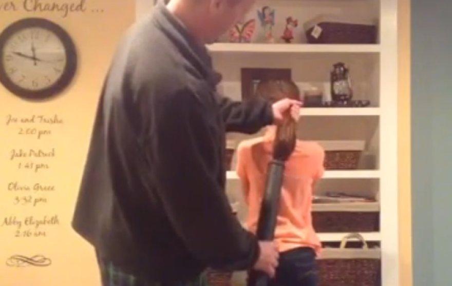 Išradingas tėčio būdas surišti dukrai plaukus: su dulkių siurbliu