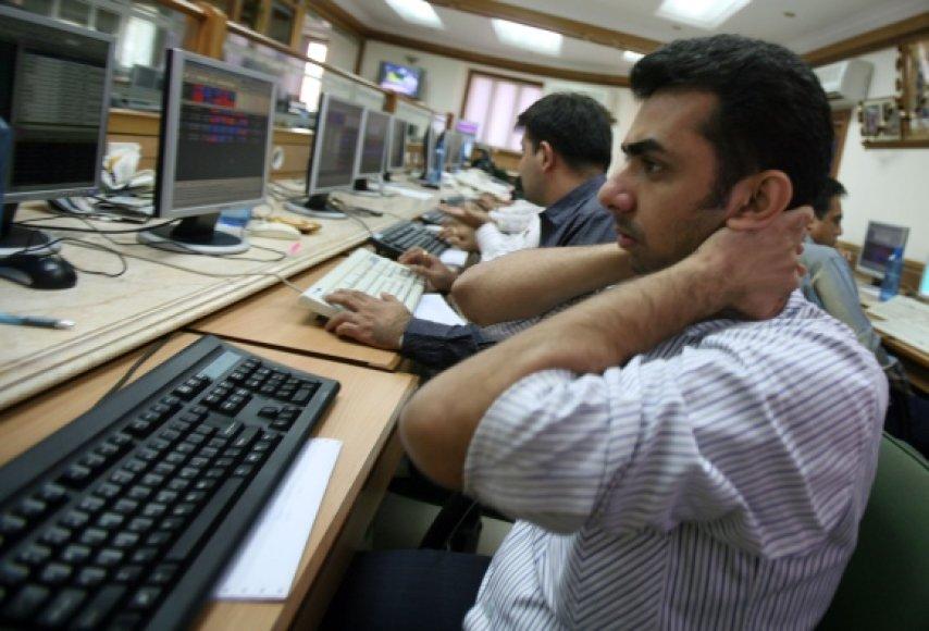 Žmogus dirba su kompiuteriu.