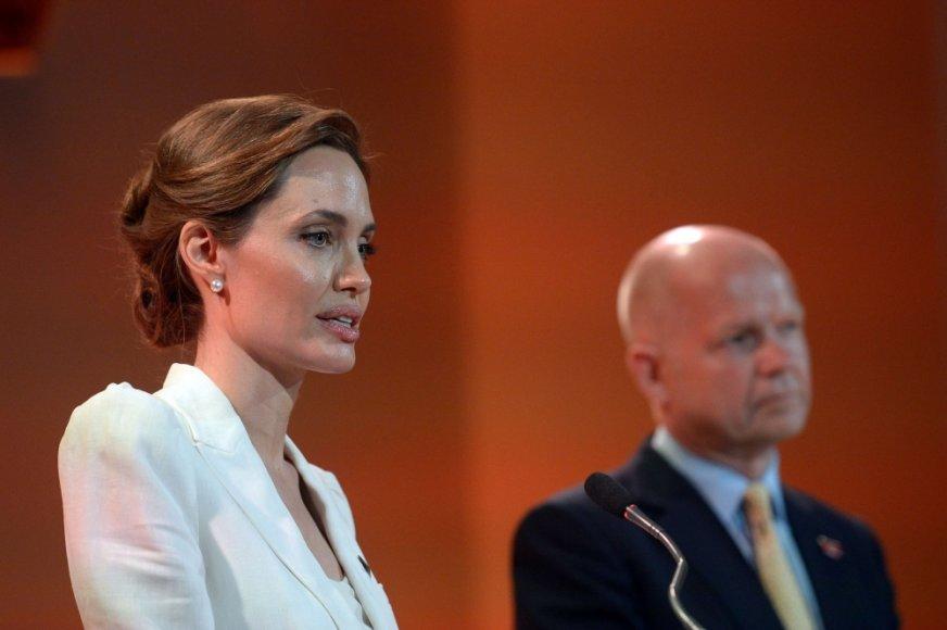 Aktorė Angelina Jolie ir Jungtinės Karalystės užsienio reikalų sekretorius Williamas Hague'as