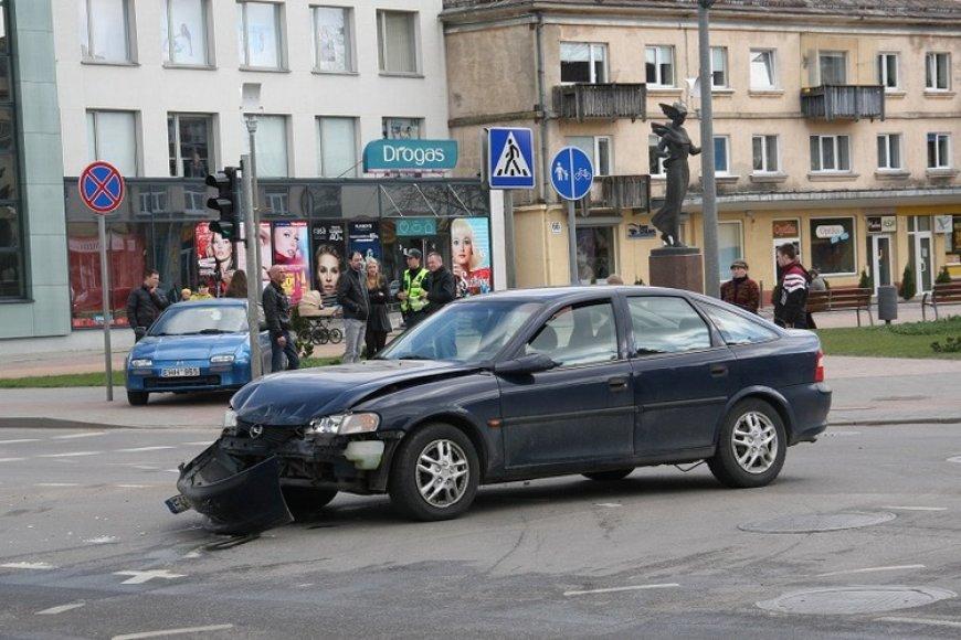 """Po to, kai""""Opel Vectra"""" rėžėsi į """"Mazdos"""" galą, pastaroji apsisuko ir, užlėkusi ant šaligatvio, sustojo"""