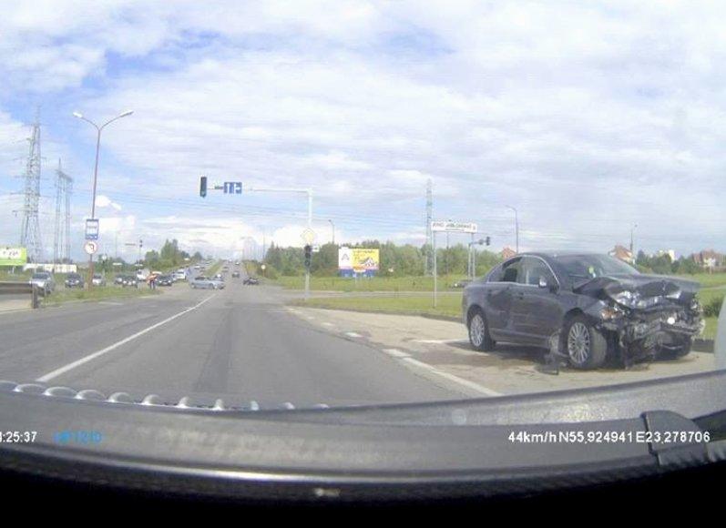 """Sudaužytas """"Volvo"""" automobilis įvykio vietoje"""