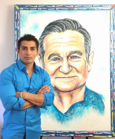 Menininkas Cristiamas Ramosas stovi prie savo kūrinio – Robino Williamso portreto
