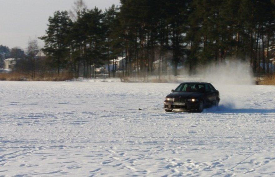 Užšalęs Salotės ežeras, žmones gąsdina automobilis BMW