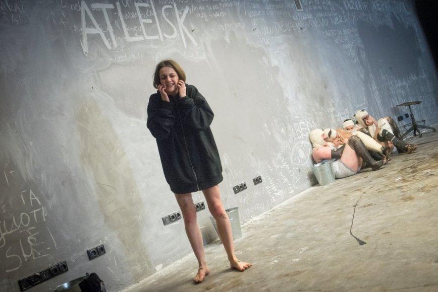 """Akimirka iš Oskaro Koršunovo spektaklio """"Apvalytieji"""""""