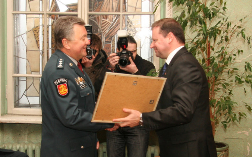 Policijos generalinis komisaras Saulius Skvernelis atsisveikino su ilgamečiu Klaipėdos apskrities VPK vadovu Benonu Ivanausku.