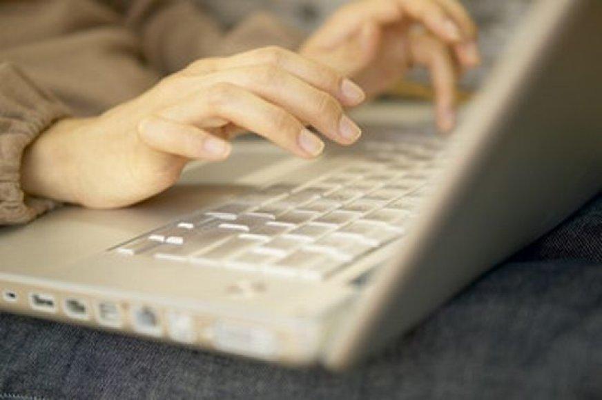 Vaikų pomėgis leisti laiką prie kompiuterio gali peraugti į priklausomybę.