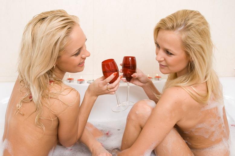 Foto naujienai: Oksana Pikul vonioje su mergina?!