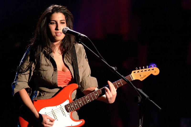 Foto naujienai: Dainininkę Amy Winehouse gydo filmai