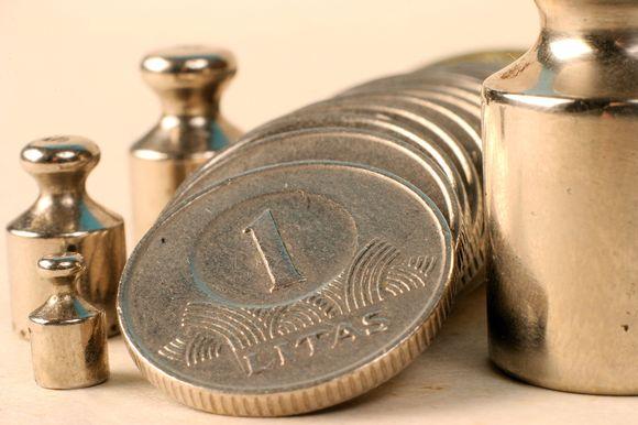 Šiemet lietuviai labiau linkę rizikuoti investuodami, nors ekspertai ragina prieš tai pasverti savo galimybes.