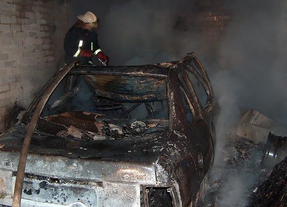 Ugniagesys gesina automobilį