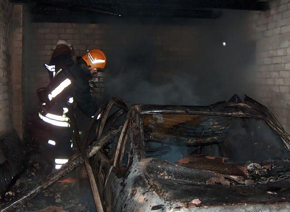 Ugniagesiai gesina automobilį