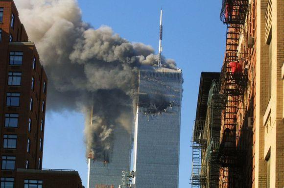 Du iš keturių teroristų užgrobtų lėktuvų beveik vienu metu įsirėžė į abu dangoraižius.