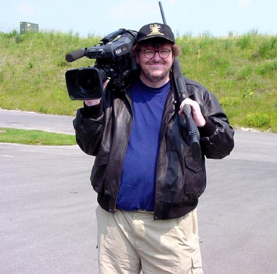 Pagrindinis M.Moore'o ginklas – kamera – šįkart sambrūzdžio nesukėlė.