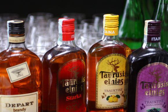 Alkoholio gamintojai jau pradėjo sėti paniką šalyje grasindami išaugsiančia nelegalių gėrimų prekyba, mažėsiančiomis biudžeto pajamomis.