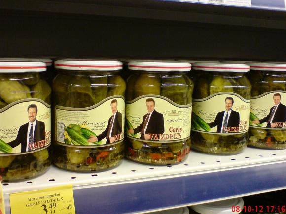 V.Uspaskicho agurkai rinkimų dieną parduotuvės lentynoje