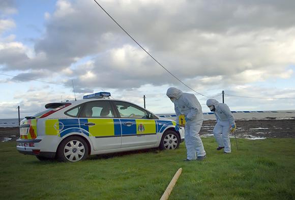 Policijos ekspertai vietoje, kur rastos moters kūno dalys