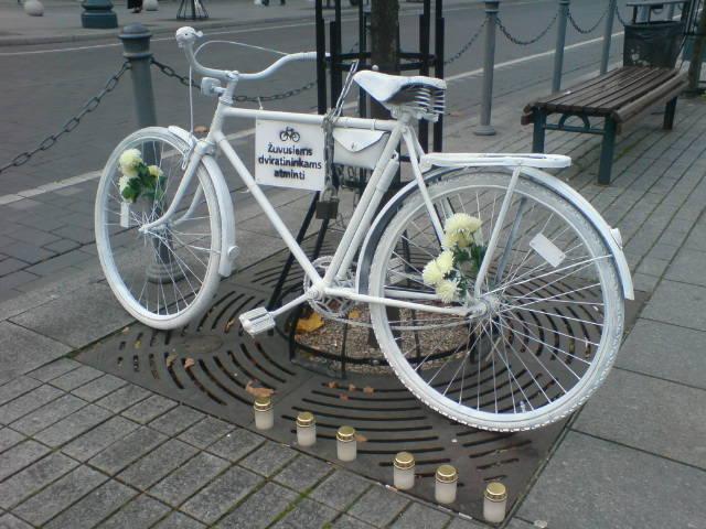 """Dviratis """" Vaiduoklis"""" žuvusiems kelyje dviratininkams atminti."""