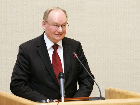Labiausiai patyręs Seimo narys Č.Juršėnas neatsispyrė pagundai apdovanoti bučiniu naujokę I. Valinskienę