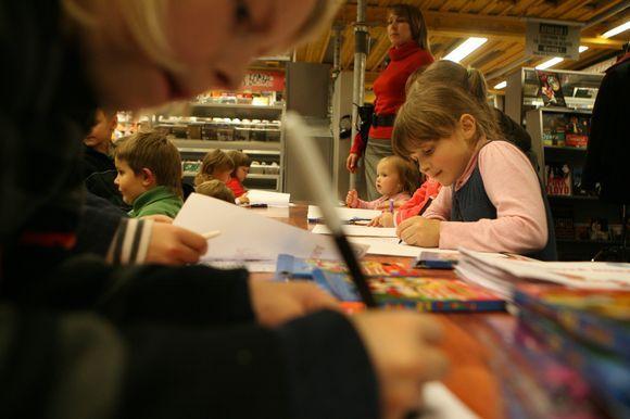 Vaikai piešia