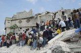 """AFP/""""Scanpix"""" nuotr./Daug vaikų įkalinta po mokyklos griuvėsiais."""