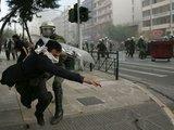 """AFP/""""Scanpix"""" nuotr./Atėnų policininko smūgis demonstrantui"""