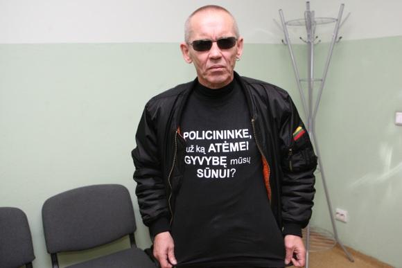"""53 metų klaipėdietis V.Lučiūnas šiandien vėl turi progą užsivilkti juodus marškinėlius su užrašu """"Policininke, už ką atėmei gyvybę mūsų sūnui?"""""""