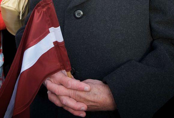 Žmogaus rankose – Latvijos vėliava