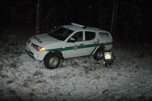 Po avarijos policijos visureigis nuvažiavo į griovį