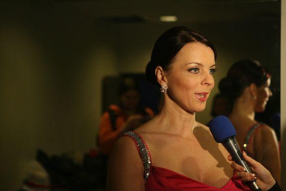 Inga Valinskienė bendrauja su žurnalistais.