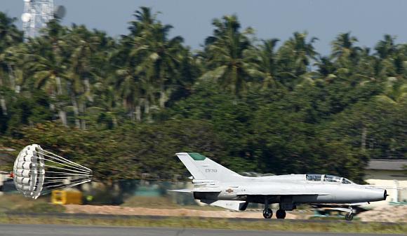 Šri Lankos naikintuvas F-7 leidžiasi Bandaranaikės tarptautiniame oro uoste prie sostinės Kolombo po kovinio skrydžio prieš tamilų sukilėlius.
