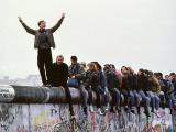 Scanpix nuotr./Priea dvideaimt metų vokiečiai su entuziazmu griovė Berlyno sieną ir tikėjo ateitimi. `iandien daugelis ia jų jaučiasi nusivylę.