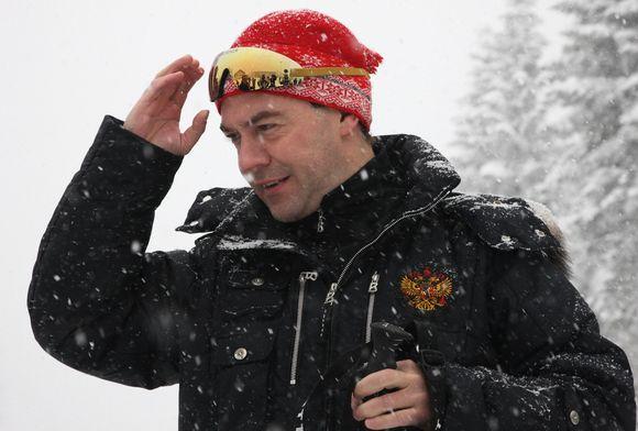 D.Medvedevas pasirengęs slidinėti.