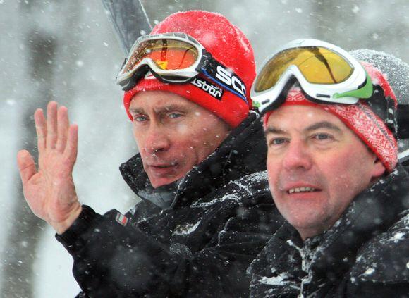 Rusijos prezidentas D.Medvedevas (dešinėje) ir premjeras V.Putinas leido laiką Krasnaja Polianos kurorte netoli Sočio, kuriame vyks 2014 metų žiemos olimpiada.
