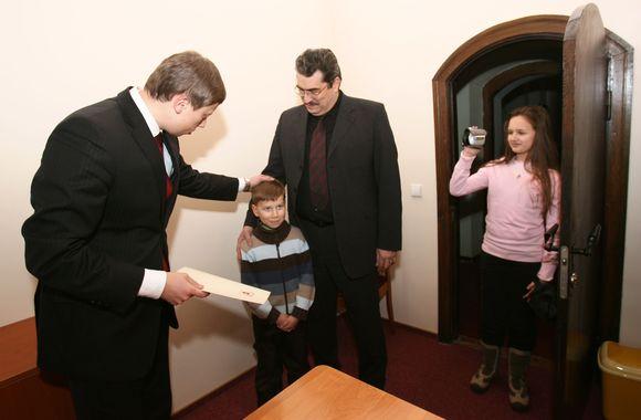"""Naujajame """"mažojo kauniečio"""" kabinete vakar meras sveikino pirmųjų šių metų mažylių tėvus."""