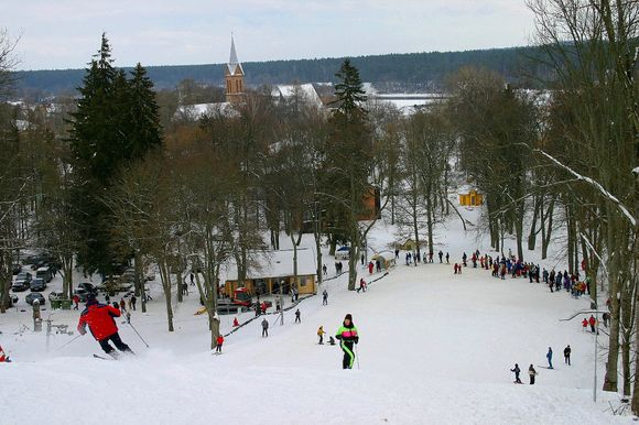Žiemą Birštone, šalia Vytauto piliakalnio įsikūrusiose slidinėjimo trasose, žmonių netrūksta.