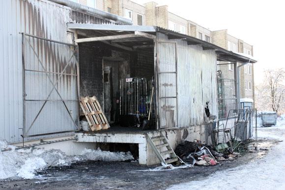 Pirminiais duomenimis, gaisro šaltinis – greta rampos stovintys atliekų konteineriai